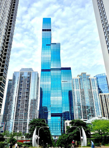 Image of Vista Tower's height in comparison to surrounding skyscrapers in Chicago, IL